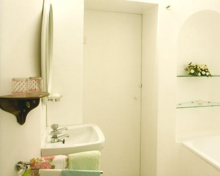01 Primo piano lavandino e vasca.jpg