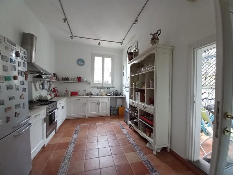cucina e porta terrazza piccola.jpg